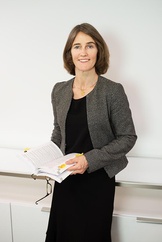 Leonie Selting arbetar med skatt och fastighetsbeskattningsfrågor såsom lokalmoms och ränteavdragsbegränsningsreglerna samt med internationella moms- och skattefrågor